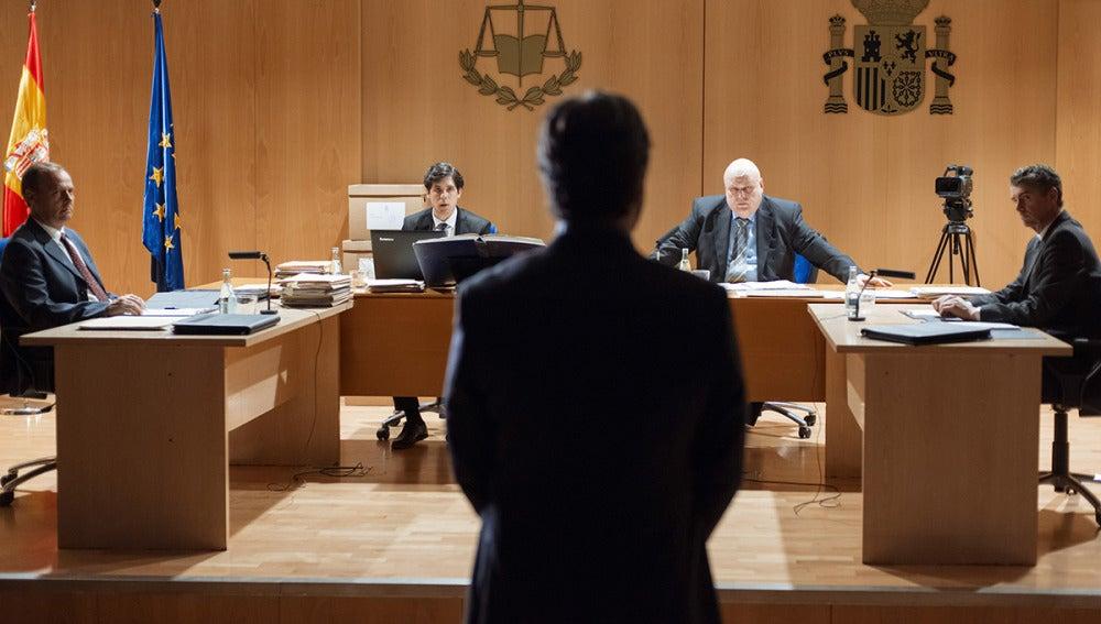 Un testigo protegido de última hora declara ante el juez incriminando a Eduardo