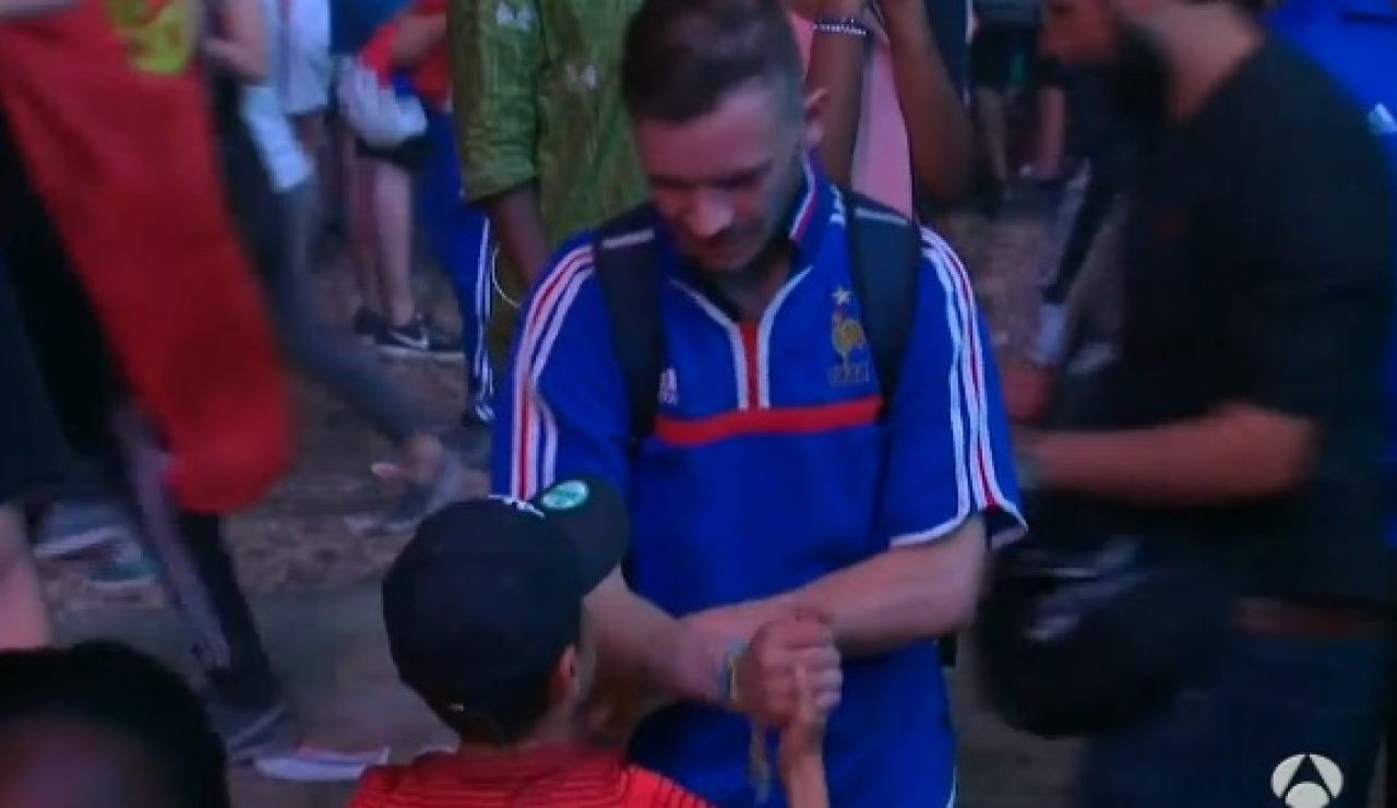 Un niño consuela a un hincha francés