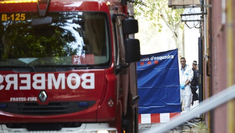 Bomberos trabajando en el incendio del pasado lunes en Barcelona.
