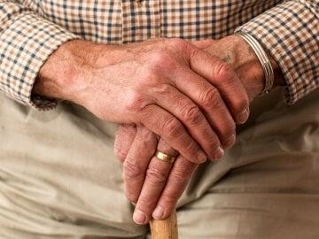 Manos de un hombre mayor
