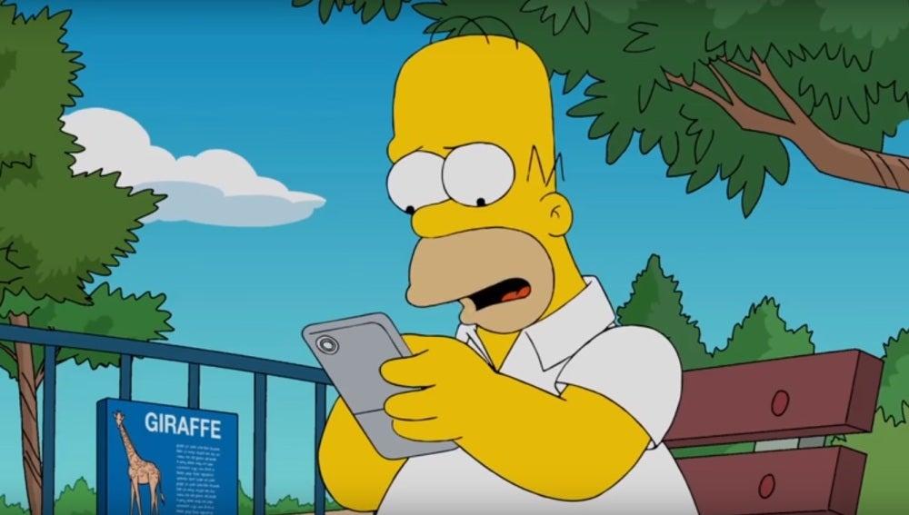Homer Simpson, capturado por el fenómeno de 'Pokémon Go' en 'Los Simpson'