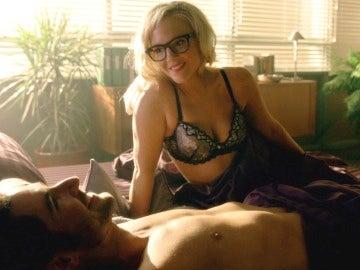Linda Martin y Lucifer en la cama