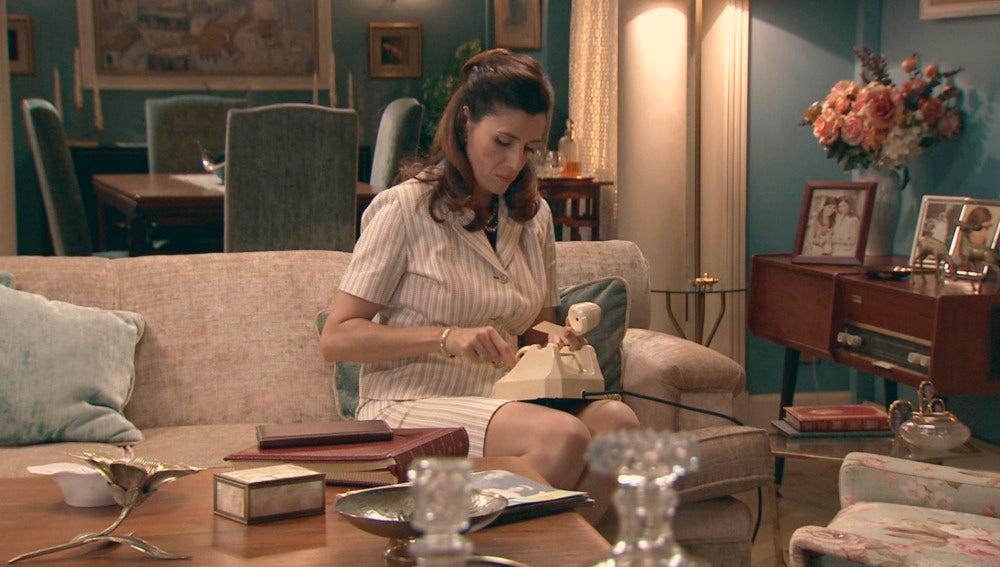 Adela hace una llamda