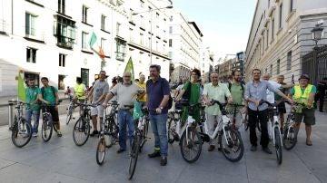 Los diputados de Equo acuden al Congreso en bicicleta.