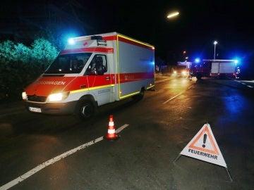 Vehículos de emergencia y de bomberos esperan en una vía bloqueada en Wuerzburg (Alemania).