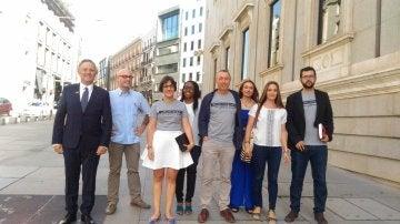 Diputados de Compromís entrando en el Congreso con las camisetas 'No ens resignem'.