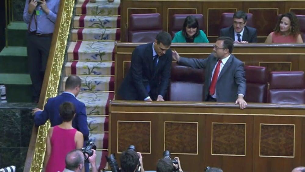 Frame 2.081869 de: Pedro Sánchez ignora el saludo de un diputado socialista andaluz