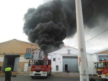 Los bomberos trabajan para reducir el incendio