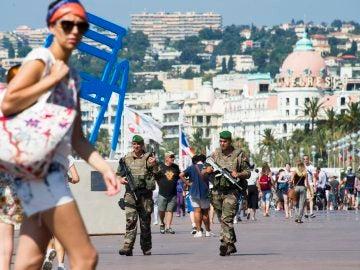 Soldados patrullan por el paseo de los Ingleses en Niza.