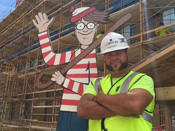 Albañil esconde a Wally en la obra