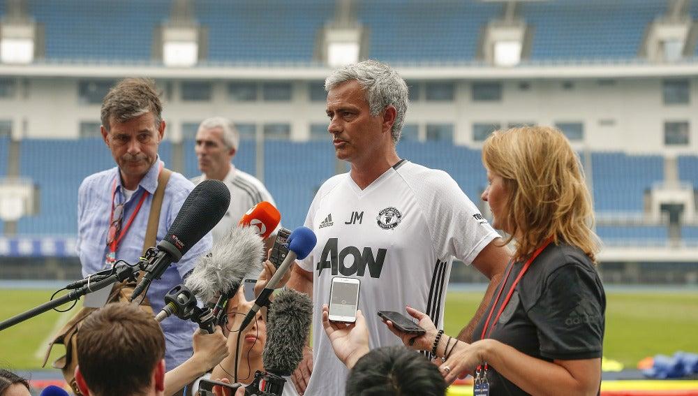 Mourinho hablando con la prensa en el Estadio Olímpico de Pekín