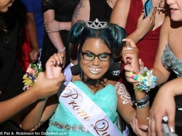 Jerika Bolen , 14 , fue capaz de vivir uno de sus sueños por la reina del baile de haberse coronado en un baile especial en su honor.