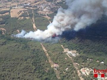 Bombers de la Generalitat trabaja en un incendio en Blanes   GIRONA | EUROPA PRESS