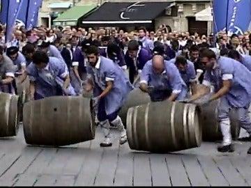 Frame 2.443176 de: Carrera de barricas de vino por el centro de Vitoria