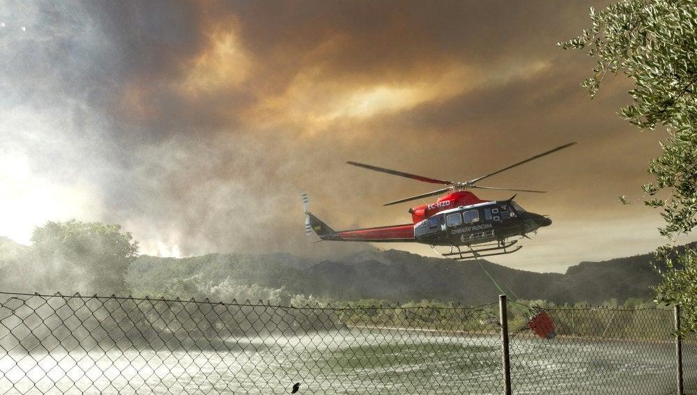 Medios aéreos trabajan en las labores de extinción