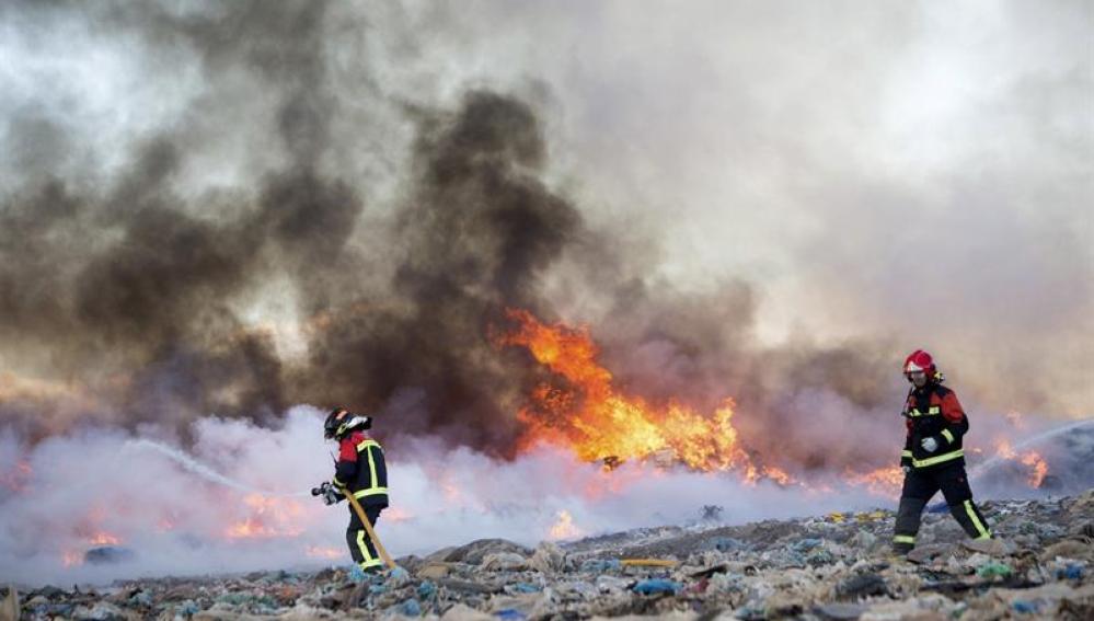 Bomberos trabajan en las labores de extinción del incendio