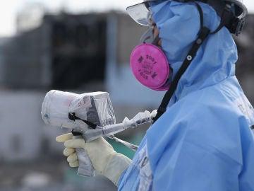Un operario en Fukushima