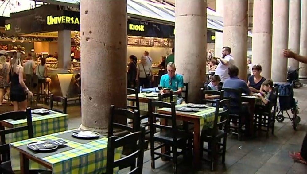Frame 56.050704 de: Ada Colau prohíbe las terrazas de bares en La Boquería