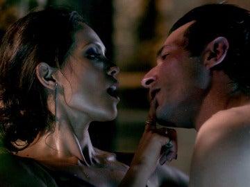 Maze utiliza sus artes de seducción para ayudar a Lucifer