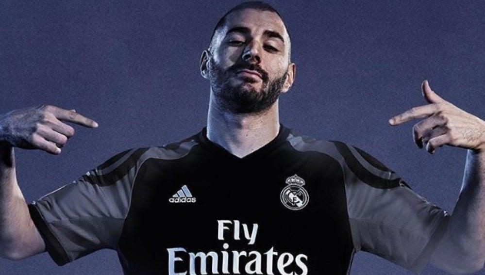 El Real Madrid hace oficial su tercera equipación para la temporada ... 4ed1b15a74bb4