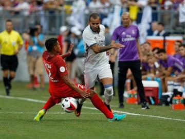 Jesé se lleva el balón ante la entrada de Thiago Silva