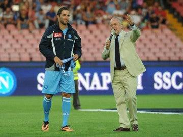 Higuaín y De Laurentiis, el día de la presentación del argentino en Nápoles