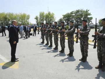 Imagen de archivo del presidente Erdogan saludando a los militares.
