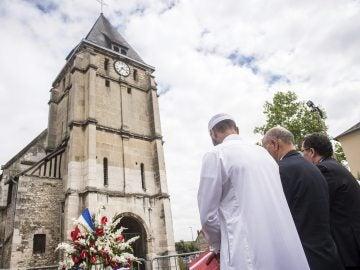 Homenaje al párroco de la iglesia de Saint-Etienne del pasado 29 de julio.
