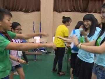Frame 53.077705 de: Niños chinos adoptados vuelven a China para recuperar sus raíces