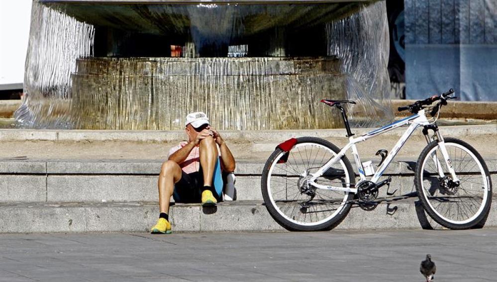 Ciclista en Madrid, donde las temperaturas han empezado a subir después de la pequeña tregua
