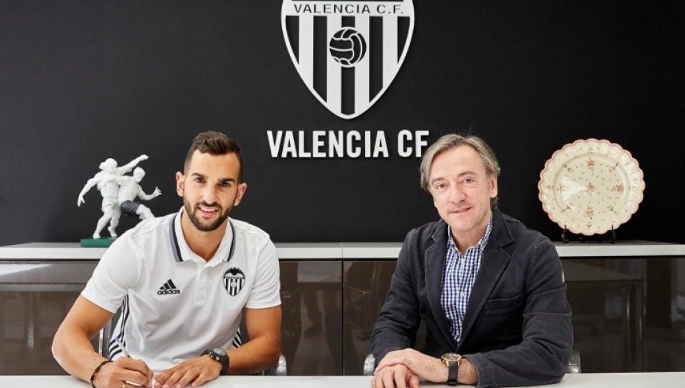 Martín Montoya firma con el Valencia