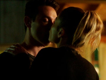Chloe besa a Dan