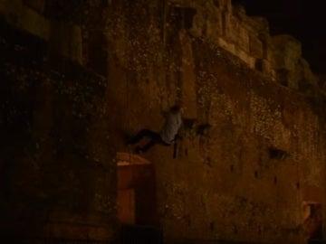 Un joven colándose en el Coliseo de Roma