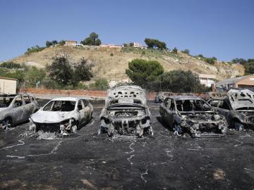Coches calcinados en el incendio de un aparcamiento cercano al aeropuerto de Barajas