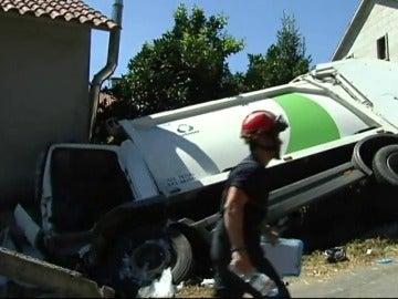 Frame 9.048454 de: Un camión se empotra contra una vivienda