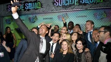 El equipo de Escuadrón Suicida se hace una fotografía en la premiere mundial de la película
