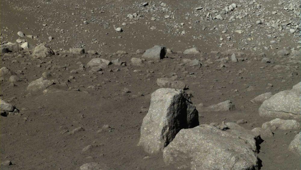 Imagen de la superficie lunar proporcionada por Yutu