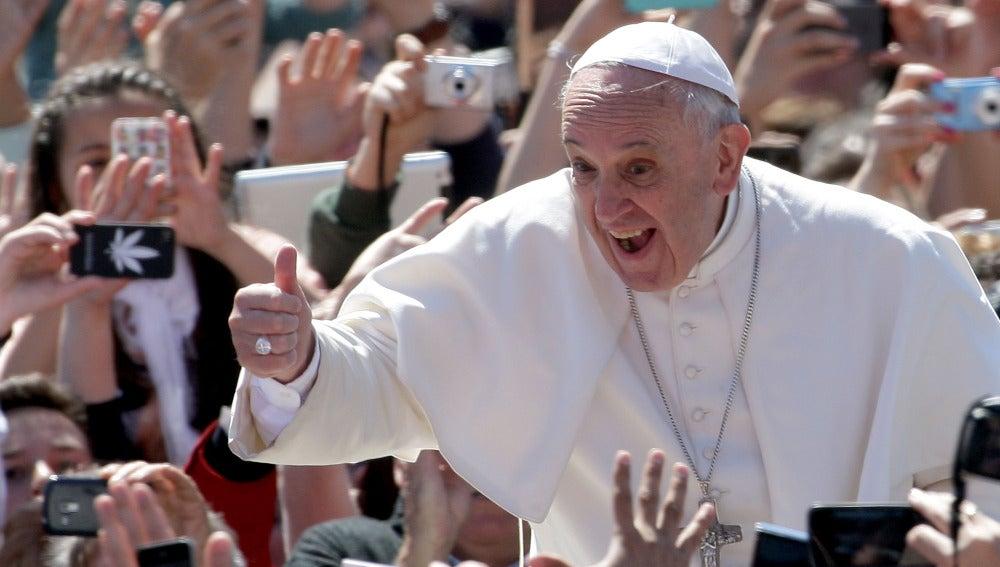 El Papa Francisco saluda a los fieles en la Plaza de San Pedro