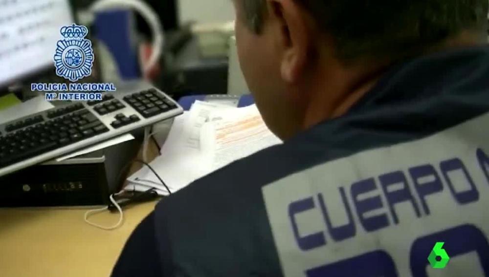 Un policía frente a un ordenador