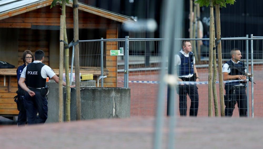 Policías belgas hacen guardia frente a la comisaría principal de Charleroi