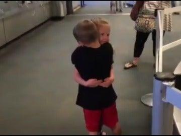 El abrazo entre los pequeños.