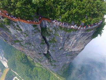 El mirador del Parque Forestal Nacional Zhangjiajieo es la última adición a la nueva moda china por construir puentes de cristal en parques naturales.