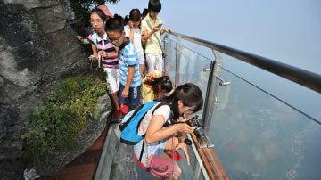 El puente, de un metro y medio de ancho, cuelga del lado más alto del acantilado de la montaña de Tianmen. Para aquellos que no sufren de vértigo, es una gran oportunidad para tomar bonitas fotos.