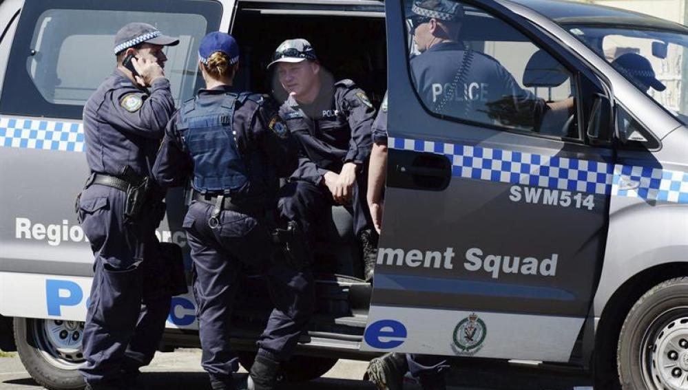 Agentes de seguridad en las inmediaciones de la fiesta de cumpleaños celebrada la madrugada del domingo en un suburbio de la ciudad australiana de Sydney.