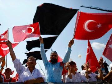 Los manifestantes ondean las bandera durante la Agrupación Democracia y Mártires.