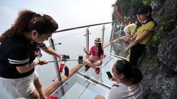 La pasarela de cristal colgante más larga del mundo, que se inauguró el lunes en el Parque Forestal Nacional Zhangjiajie