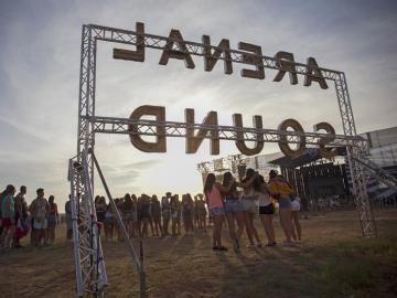 Asistentes en la última jornada del festival Arenal Sound, la cita musical más multitudinaria del verano nacional, que se celebra en Burriana.