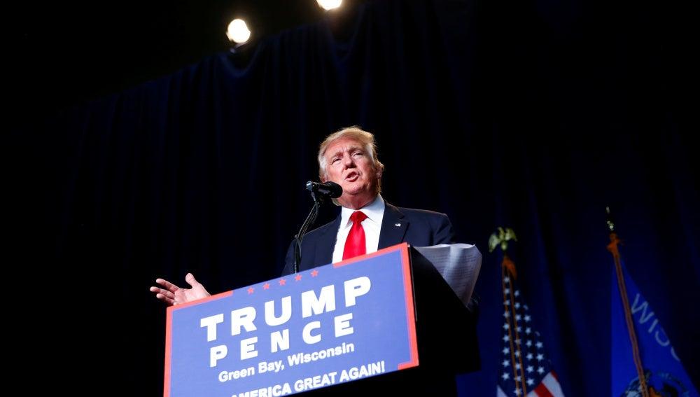 El candidato presidencial Donald Trump asiste durante el evento de campaña en el Centro de Convención de KI en Green Bay , Wisconsin.