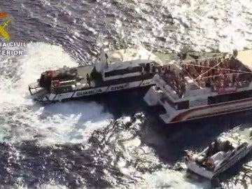 Frame 30.49778 de: La Guardia Civil inspecciona las fiestas en alta mar