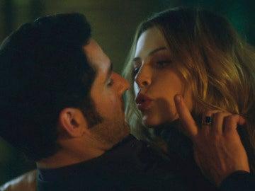 Chloe intenta besar a Lucifer